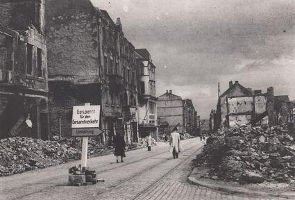 Blick in die zerstörte Alleestraße nach dem Bombenangriff 1943