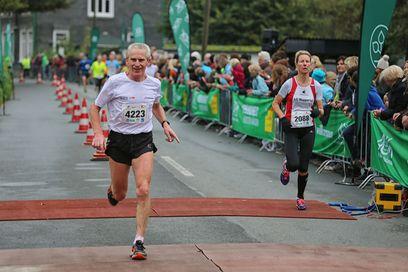 Zwei Läufer beim Zieleinlauf