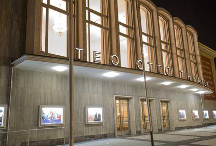 beleuchtetes Teo Otto Theater bei Nacht